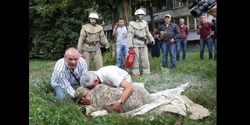Ukraine: Limogé, un soldat tente de s'immoler par le feu (vidéo)