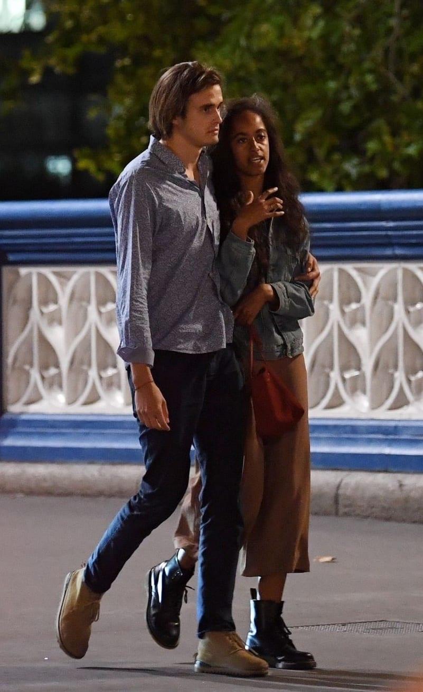 Londres : Malia Obama surprise dans une balade amoureuse avec Rory Farquharson (photos)