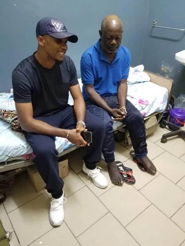 Cameroun: Samuel Eto'o apporte son soutien à un ancien lion indomptable sans abri (photos)