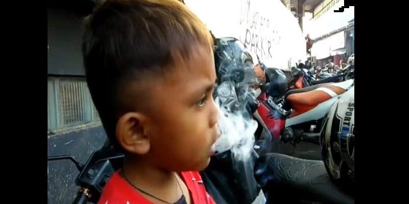 Indonésie: âgé de 2 ans et demi, il peut fumer jusqu'à 40 cigarettes par jour (vidéo)