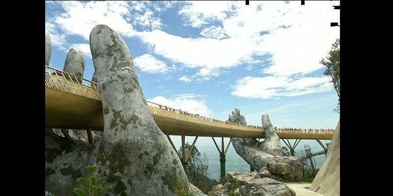 Golden Bridge: Le pont soutenu par des mains géantes qui affole la toile (vidéo)