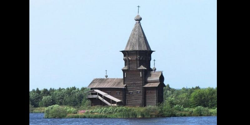 Russie: Un «sataniste» arrêté pour avoir brûlé une église vieille de 250 ans (photos)