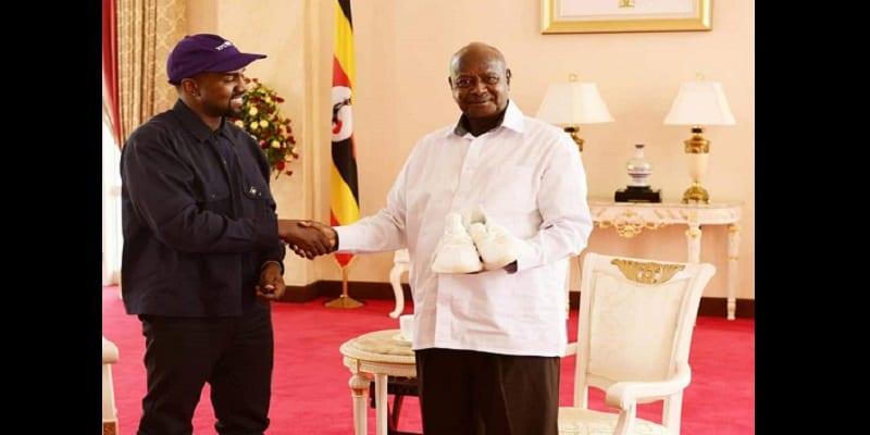 Kanye West offre une paire de tennis au président ougandais (photos)