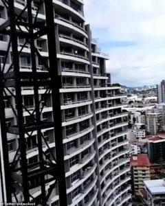 Horreur: Une femme fait une chute mortelle du 27e étage en prenant un selfie (vidéo)