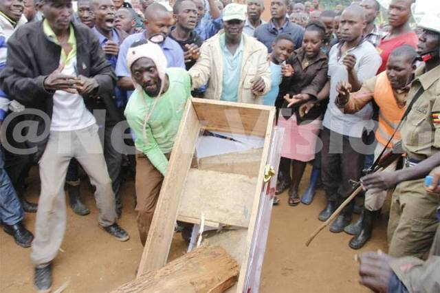 Zambie: Un père simule la mort de son fils avec du bois dans le cercueil