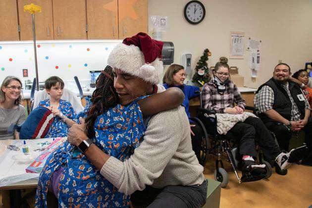 USA: Obama déguisé en père Noël pour offrir les cadeaux aux malades