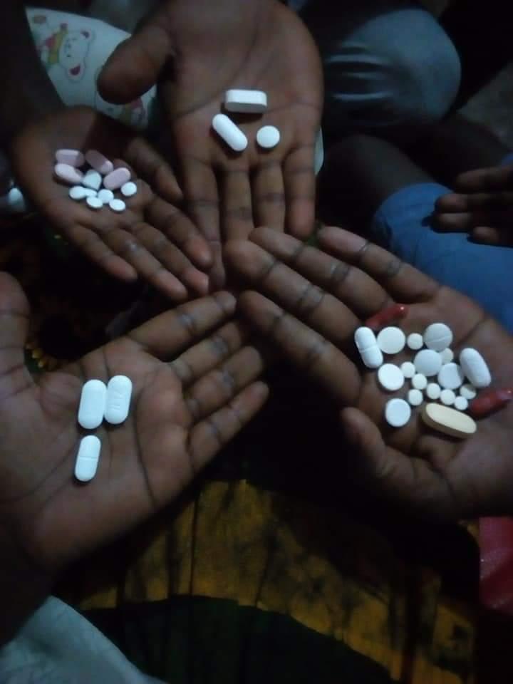 Une famille séropositive révèle les médicaments qu'elle prend au quotidien