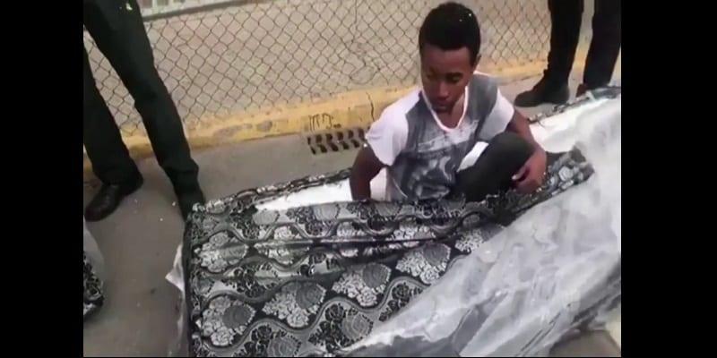 Immigration: deux Africains découverts cachés dans des matelas (vidéo)