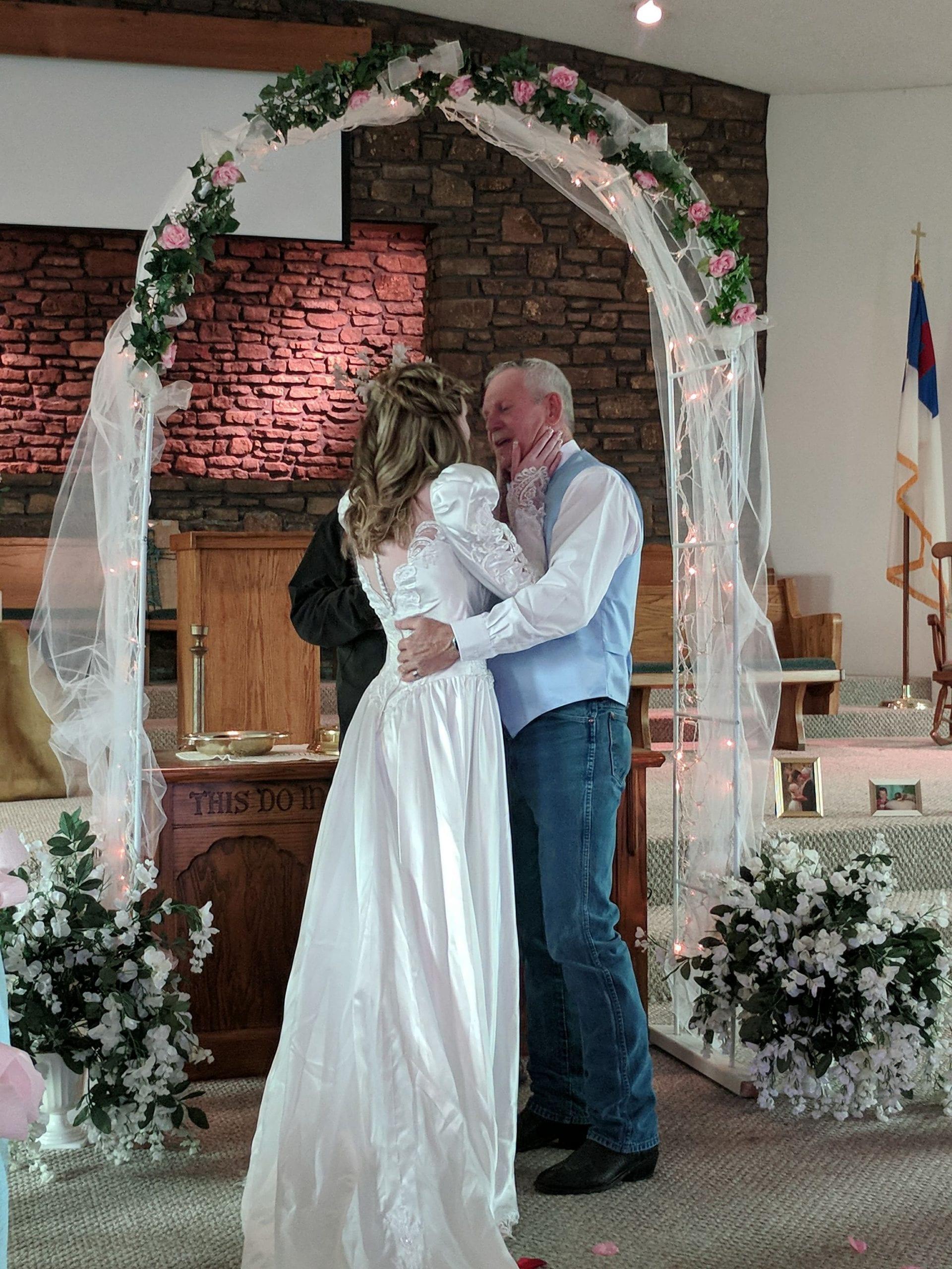Âgée de 19 ans, elle défend son mariage avec un homme de 62 ans (photos)