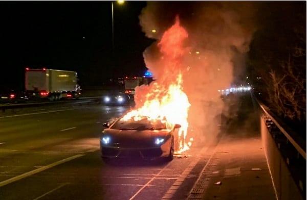 Photos: La Lamborghini en or d'un homme explose une heure après le service au garage