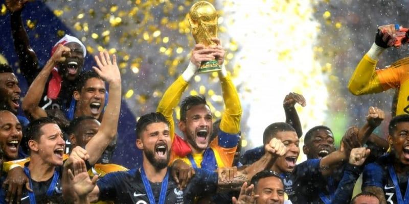 Coupe-du-Monde-2018-Karim-Benzema-et-Franck-Ribéry-félicitent-les-Bleus-petite