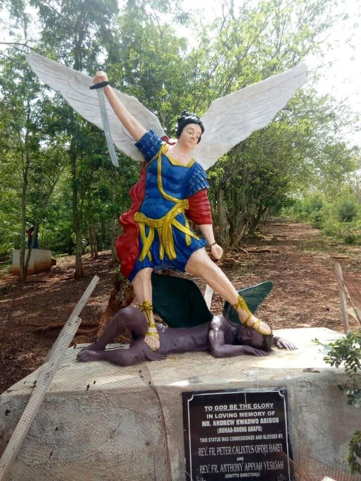 Ghana : Une statue « raciste » d'un ange blanc soumettant un diable noir affole la toile (photo)