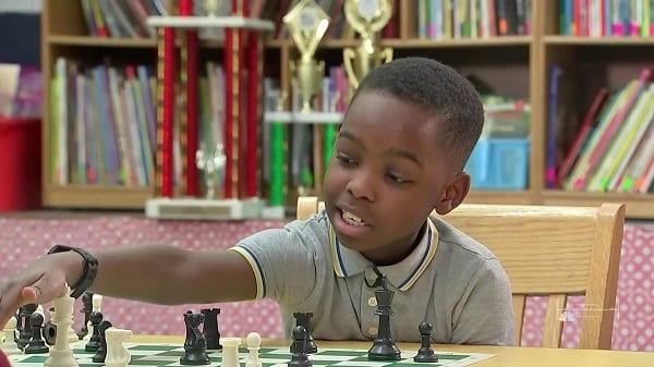 Un Nigérian de 8 ans qui a fui Boko Haram devient champion d'échecs aux USA