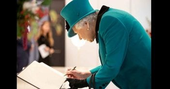 why-the-queen-has-two-signatures-t