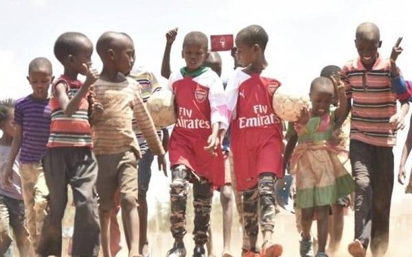 Arsenal: Le geste très émouvant de Mesut Özil envers des enfants Kényans