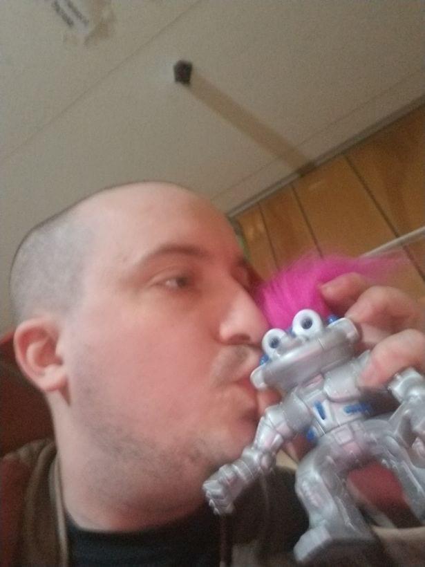 Un homme en relation avec un robot surprend sa famille avec sa décision  (photos)