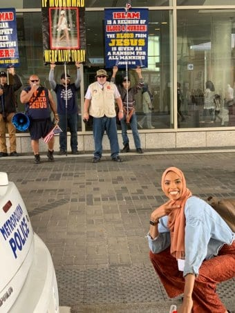Photo: Une musulmane défie des manifestants anti-musulmans