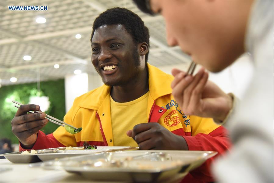 Thompson, le Ghanéen qui travaille avec les yeux bandés en Chine