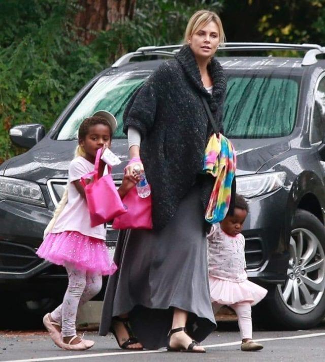 USA: L'actrice Charlize Theron révèle pourquoi elle éduque son garçon de 7 ans comme une fille
