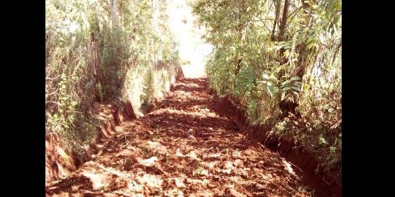 Kenya : Il creuse une route à mains nues pour les villageois (photos)