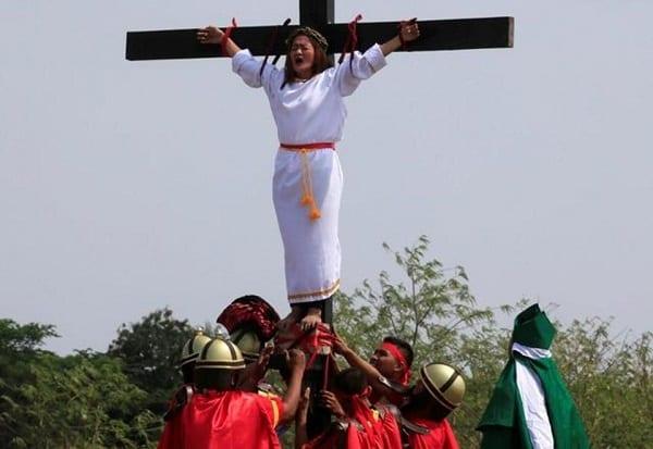 Philippines: Plusieurs fidèles, dont une femme cloués sur des croix (Photos)