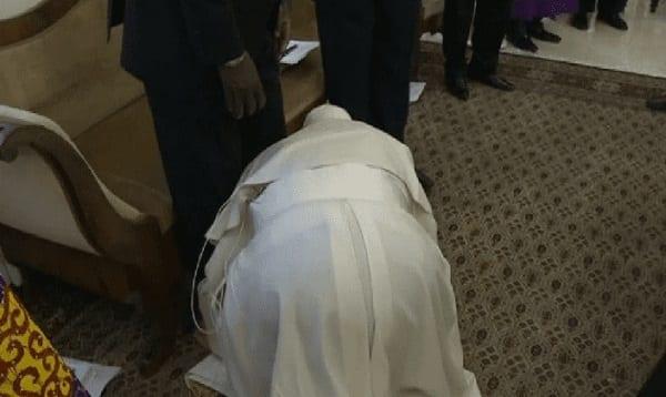 Le pape embrasse les pieds des dirigeants du Sud-Soudan et les exhorte à préserver la paix