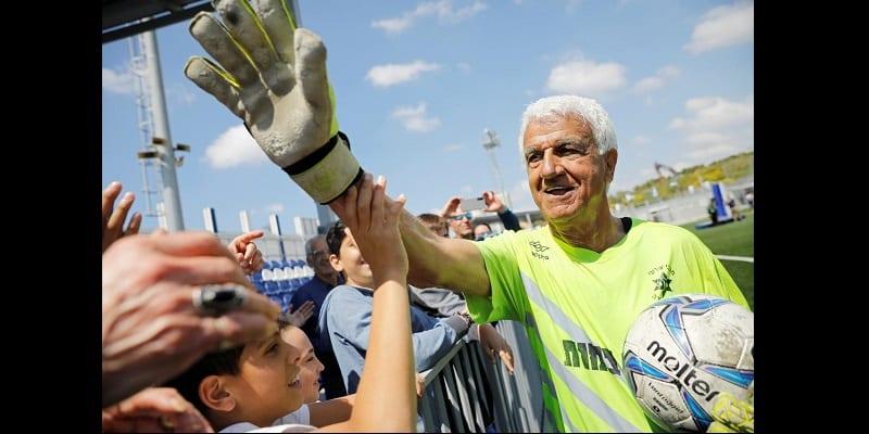 Âgé de 73 ans, il devient le plus vieux joueur du monde (photos)