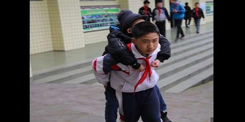 Emouvant, un écolier de 12 ans transporte son meilleur ami handicapé à l'école tous les jours (photos)