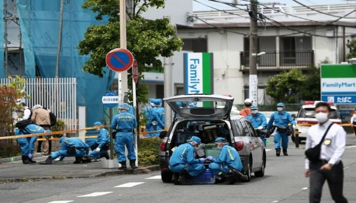 1222909-la-police-scientifique-inspecte-la-scene-de-crime-a-kawasaki-pres-de-tokyo-ou-un-homme-a-poignarde-p