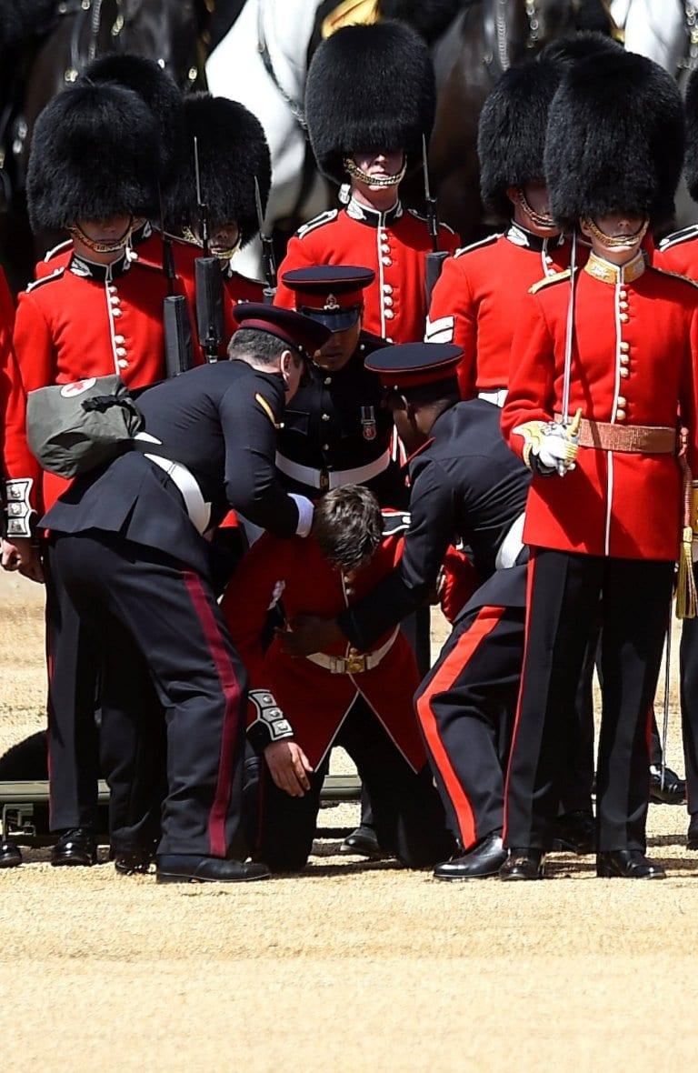 Angleterre: Deux gardes s'écroulent lors des répétitions pour la célébration de l'anniversaire d'Elizabeth II (photos)