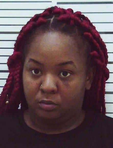 Une mère perd son bébé pendant une bagarre et est accusée de meurtre: VIDÉO
