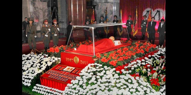 1_The-body-of-North-Korean-leader-Kim-Jong-il-lies-in-state-at-the-Kumsusan-Memorial-Palace-in-Pyongya