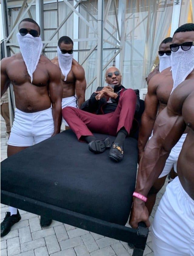 Nigeria: un millionnaire fait son entrée à une cérémonie sur les épaules de 6 hommes colosses (vidéo)