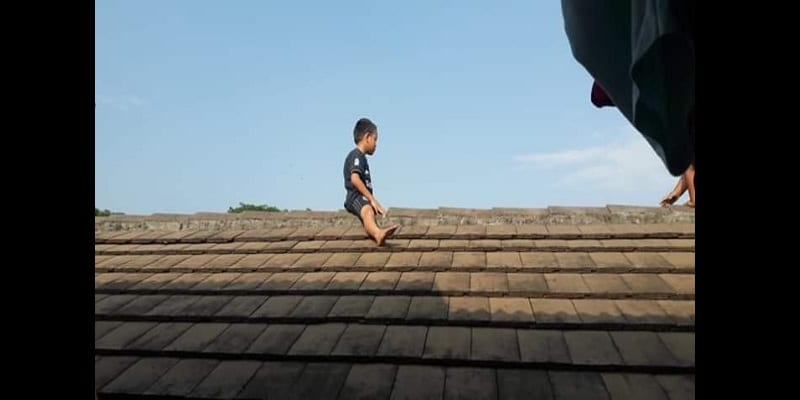 photo-little-boy-scared-of-getting-circumcised-climbed-up-a-roof-and-refused-to-come-down-for-three-hours