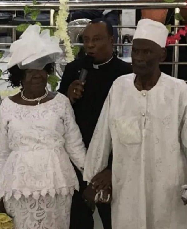 Ghana: Un homme de 96 ans épouse sa partenaire de 93 ans après 50 ans de romance (photos)