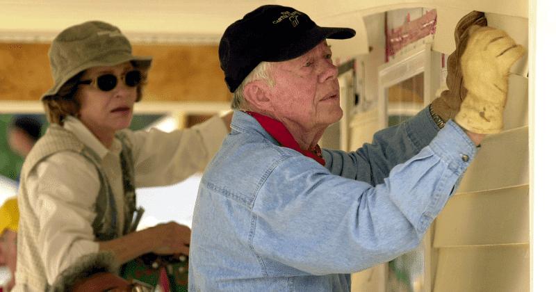 États-Unis : A 94 ans, l'ancien président Jimmy Carter construit des maisons pour les démunis (photos)