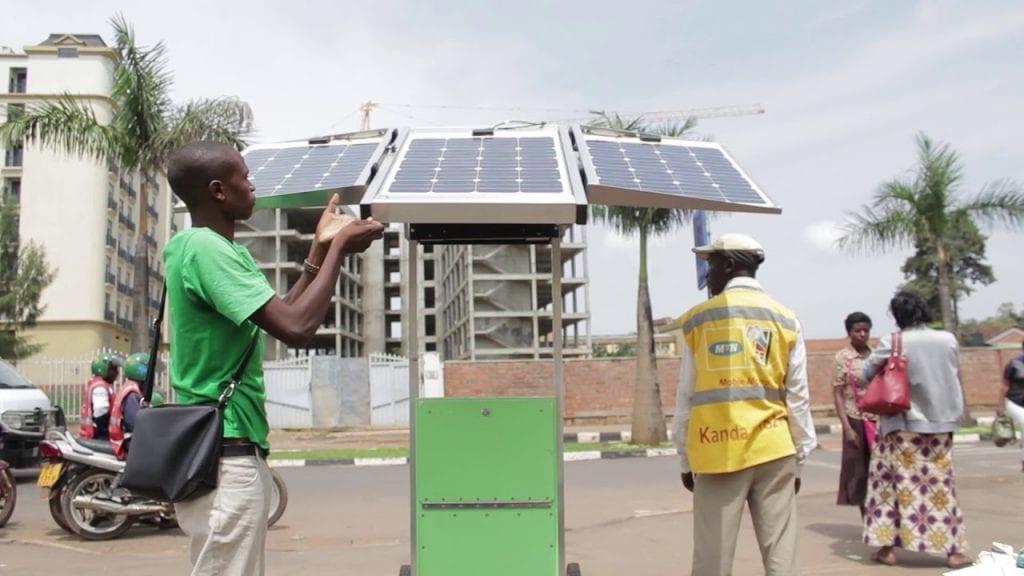 Rwanda : il fabrique des kiosques solaires mobiles pouvant charger 80 téléphones à la fois