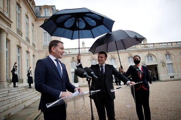 Quand Macron tient le parapluie pour le premier ministre slovaque-VIDEO