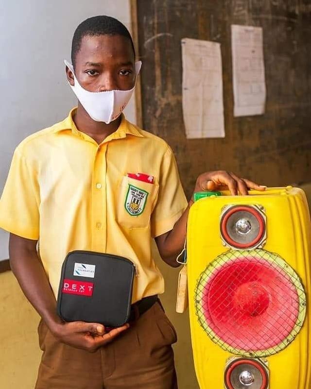 Ghana: un élève construit un système audio avec des anciens gallons en plastiques