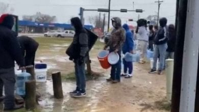 Texas-residents-line-up-to-fetch-water-amid-power-outage-758×505