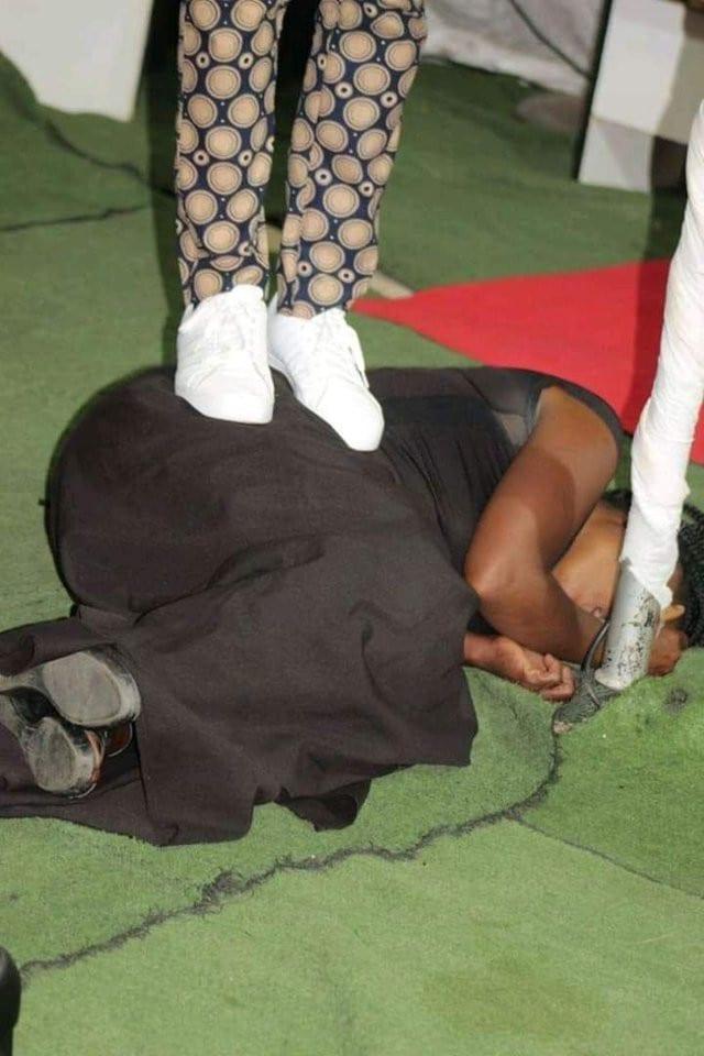 Afrique du Sud: un pasteur s'assoit et pète sur les visages de ses fidèles (Photos)