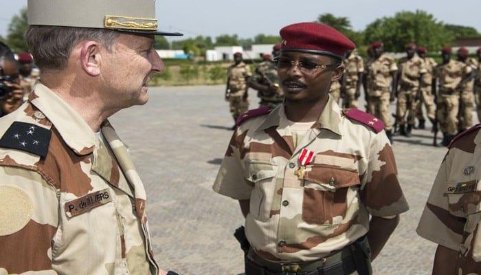 Visite du Général d'armées Pierre de Villiers chef d'état major des armées sur la base aérienne 172 «sergent-chef Adji Kosseï» à N'Djaména, Tchad.