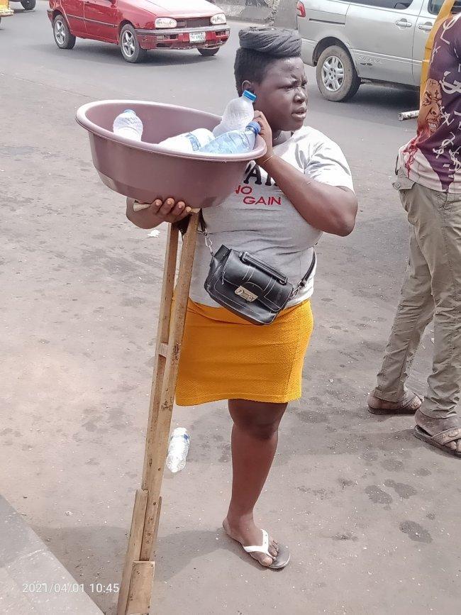 La jeune femme amputée qui vendait de l'eau dans la rue aurait menti sur son état