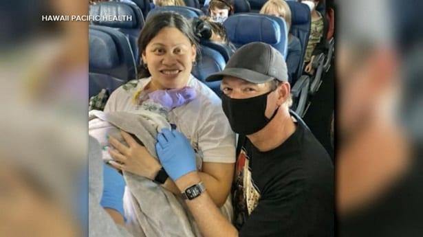 Une femme qui ne savait pas qu'elle était enceinte accouche dans un avion