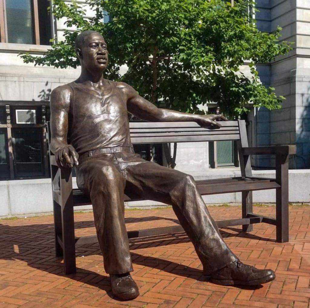 Une statue de bronze en l'honneur de George Floyd a été inaugurée aux Etats Unis