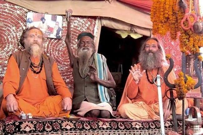 Sadhu Amar: l'homme qui a la main levée depuis 45 ans