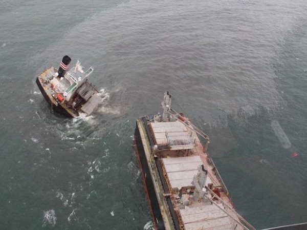 Japon: un cargo s'échoue et déverse des tonnes de pétrole dans la mer (VIDEO)