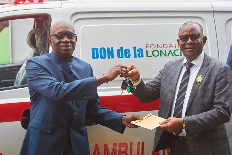 Côte d'Ivoire / La fondation LONACI fait dons de six ambulances et deux véhicules de type 4×4