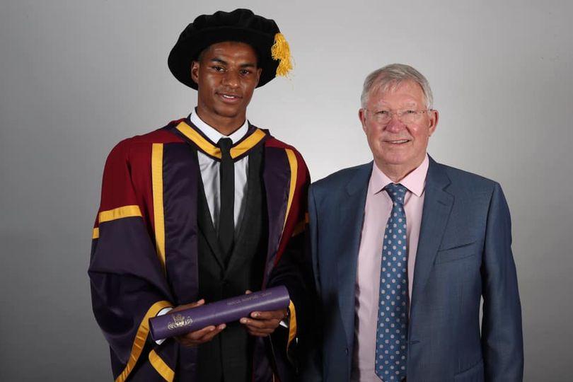 Un jeune joueur anglais honoré devant une légende mondiale